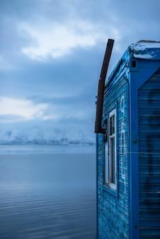 Houten huisje op een meer