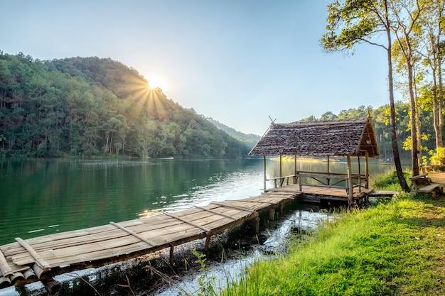 Houten huisje op reservoir bij zonsondergang