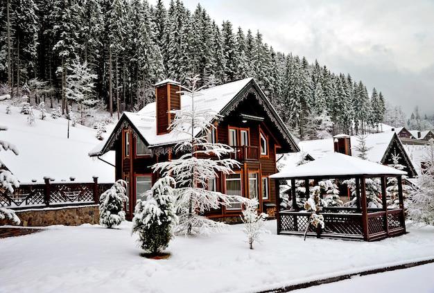 Houten huisje vakantiehuis in vakantieoord in de bergen