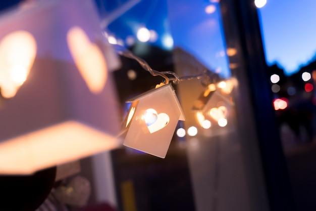 Houten huismodel met verlichting, huisconcept