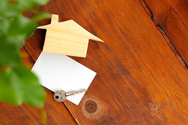 Houten huismodel miniatuur en huissleutels