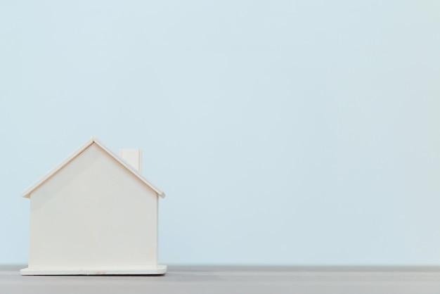 Houten huismodel voor onroerende goederen en bouwconcepten