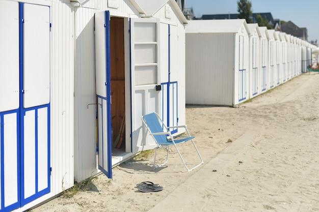 Houten huizen aan de kust van de atlantische oceaan, badhuisjes