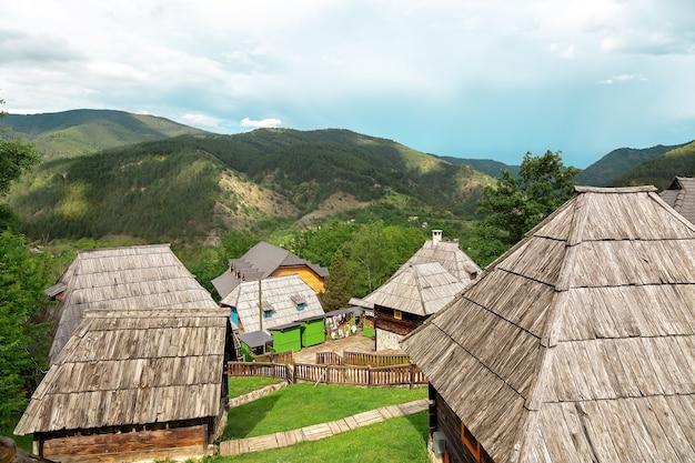 Houten huizen in een dorp in de bergen zonnige dag een beetje bewolkt