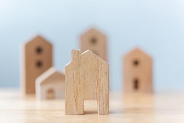 Houten huizen modelminiatuur op tafel
