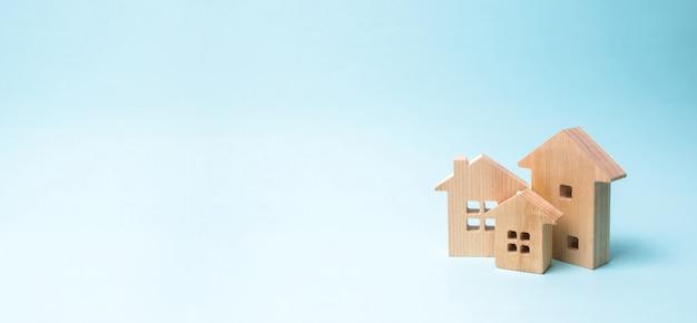 Houten huizen op blauw. houten speelgoed