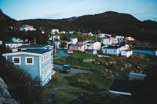 Houten huizen op het platteland