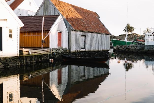 Houten huizen weerspiegeld in het water