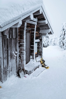 Houten hut in een besneeuwd bos in finland