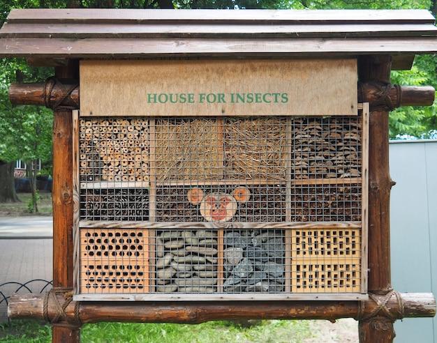 Houten insectenhotel in het park