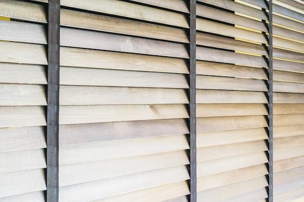 Houten jaloezieën en raam