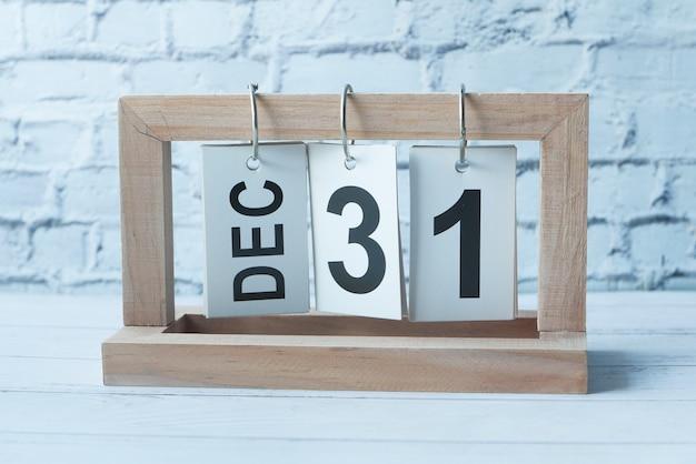 Houten kalender ingesteld op 31 december.