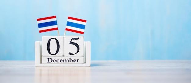 Houten kalender met vlaggen van thailand