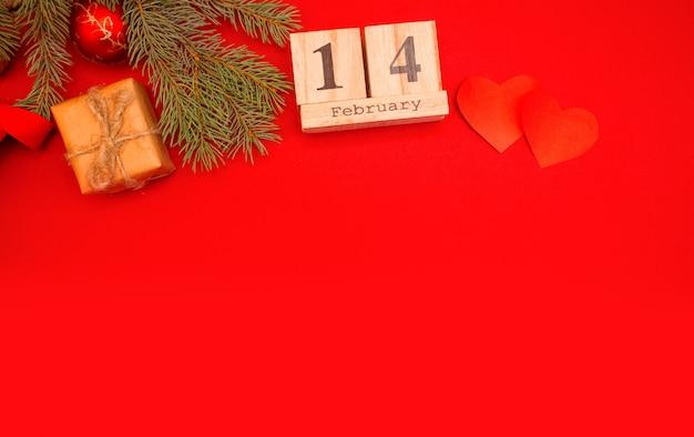Houten kalender op een rode achtergrond. valentijnsdag 14 februari