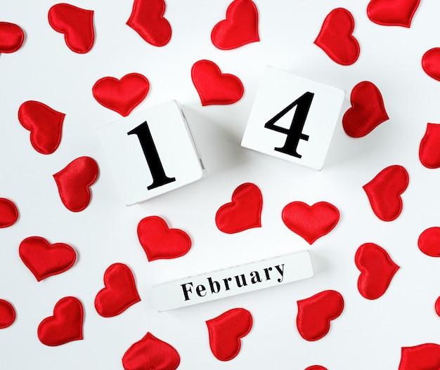 Houten kalender show van 14 februari met rode harten. concept valentijnsdag.