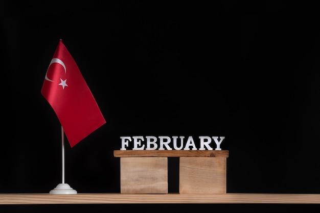 Houten kalender van februari met turkse vlag