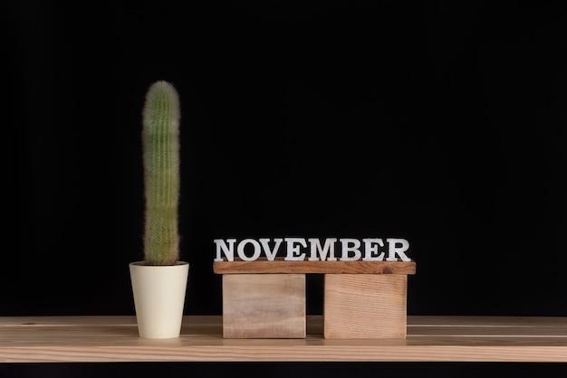 Houten kalender van november en cactus