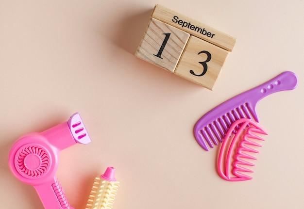 Houten kalender voor 13 september en een speelgoedset voor de kapper.