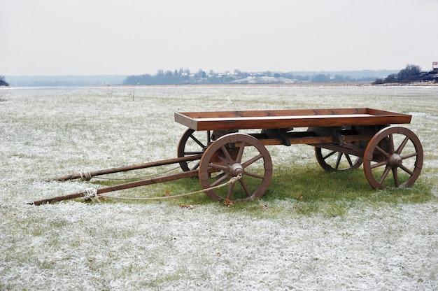 Houten kar op besneeuwde veld