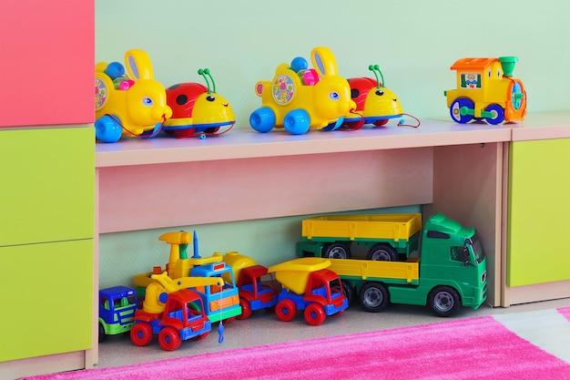 Houten kastje met speelgoed in de kleuterschool.