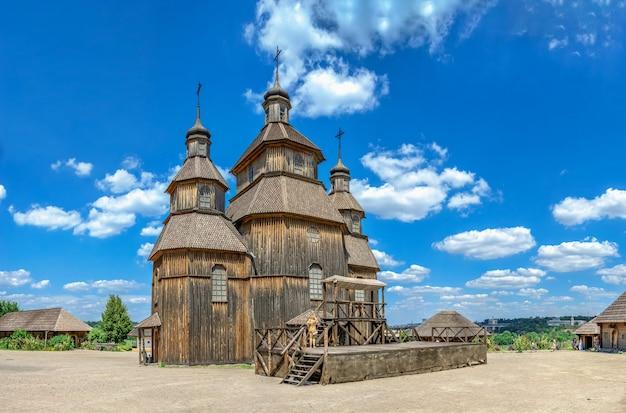 Houten kerk in de national reserve khortytsia in zaporozhye, oekraïne, op een zonnige zomerdag