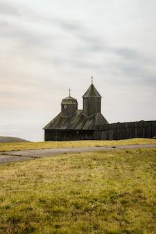 Houten kerk op het platteland