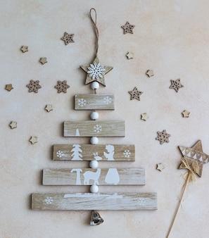 Houten kerstboom en kerstmisspeelgoed.