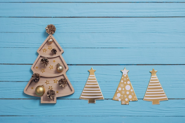 Houten kerstboom ingesteld op blauwe houten achtergrond