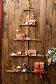 Houten kerstboom met speelgoed en geschenkdozen