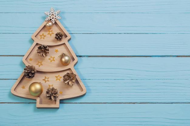 Houten kerstboom op blauwe houten oppervlak