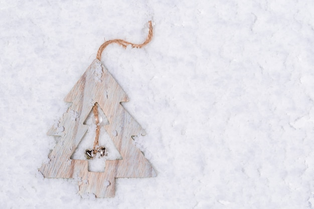 Houten kerstboom op sneeuw