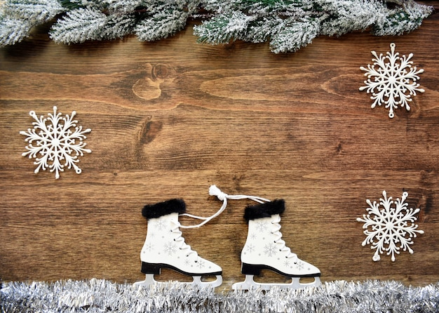 Houten kerstboom speelgoed schaatsen op wit klatergoud