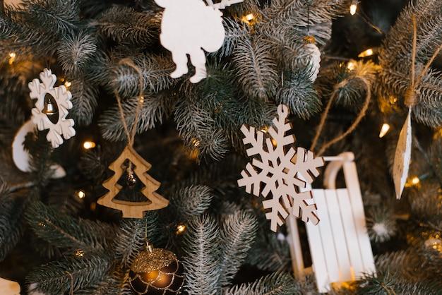 Houten kerstboomspeelgoed op kerstboom