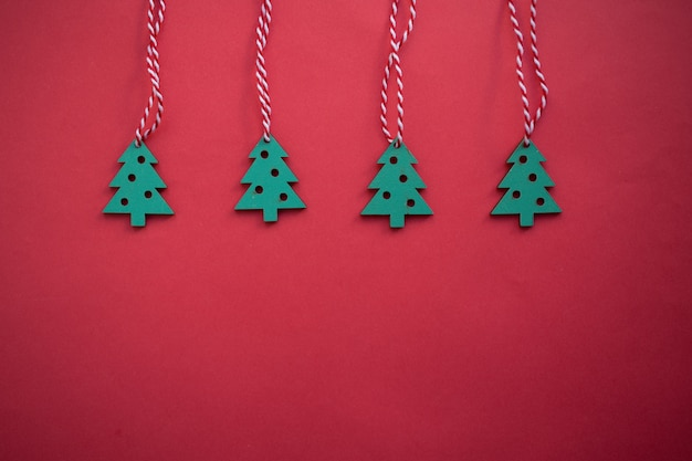 Houten kerstmisspeelgoed, feestelijke kerstmisdecoratie op de rode achtergrond