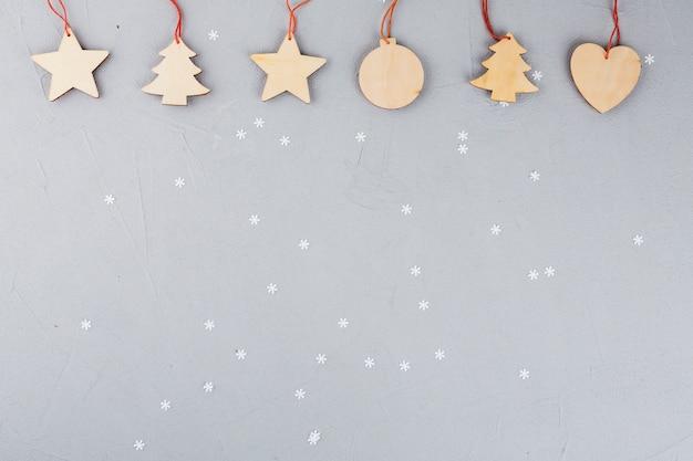 Houten kerstmisspeelgoed op lijst