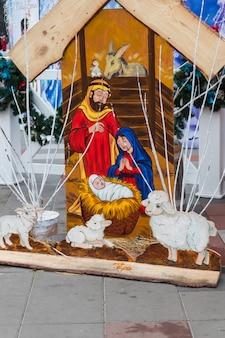Houten kerststal. heilige familie, baby jezus, de maagd maria en sint-jozef