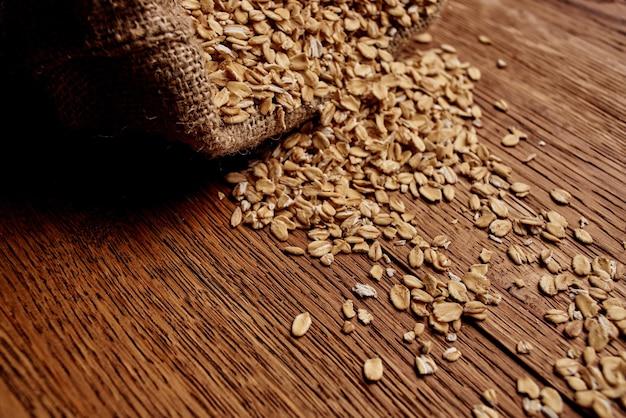 Houten keukenartikelen gezond ontbijt natuurlijke ingrediënten. hoge kwaliteit foto