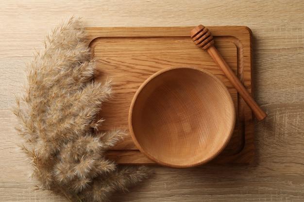 Houten keukengerei en riet op houten tafel
