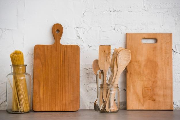 Houten keukengerei op het aanrecht