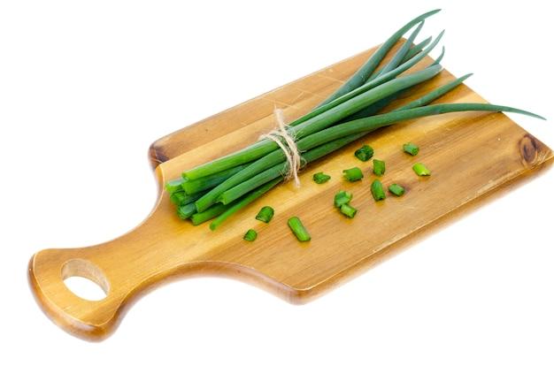 Houten keukensnijplank voor het snijden van verse groene uien