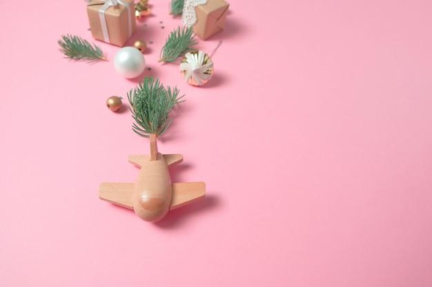 Houten kindervliegtuig op een roze achtergrond