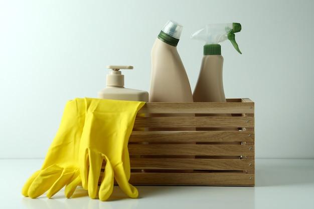 Houten kist met milieuvriendelijke schoonmaakmiddelen op witte tafel