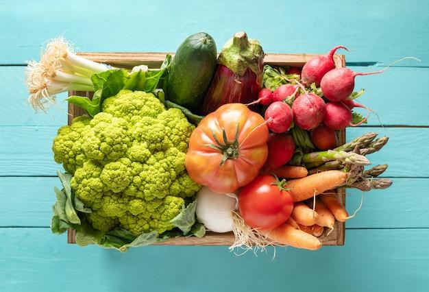Houten kist met verse groenten