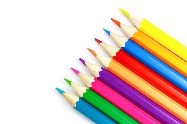Houten kleurpotloden in een rij op wit
