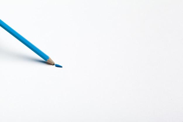 Houten kleurrijke gewone potloden geïsoleerd op een witte achtergrond