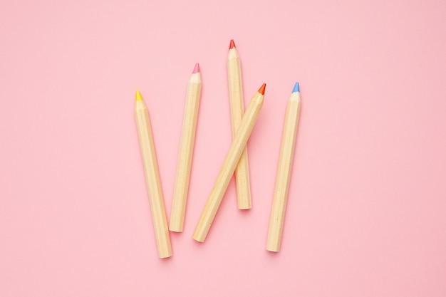Houten kleurrijke gewone potloden. terug naar school.