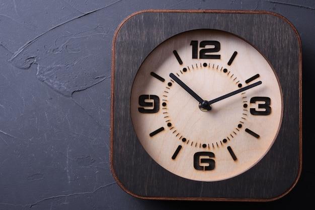 Houten klok die ter beschikking op houten lijst wordt gemaakt. detailopname.