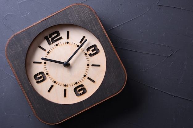 Houten klok handgemaakt op houten tafel. detailopname.