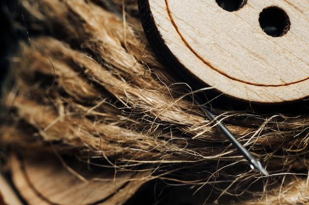 Houten knoop op een spoel met dradenclose-up