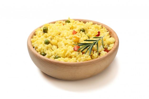 Houten kom met heerlijke rijst die op witte oppervlakte wordt geïsoleerd